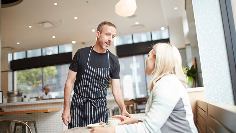customer-talking-to-restaurant-owner-to-order-800x450